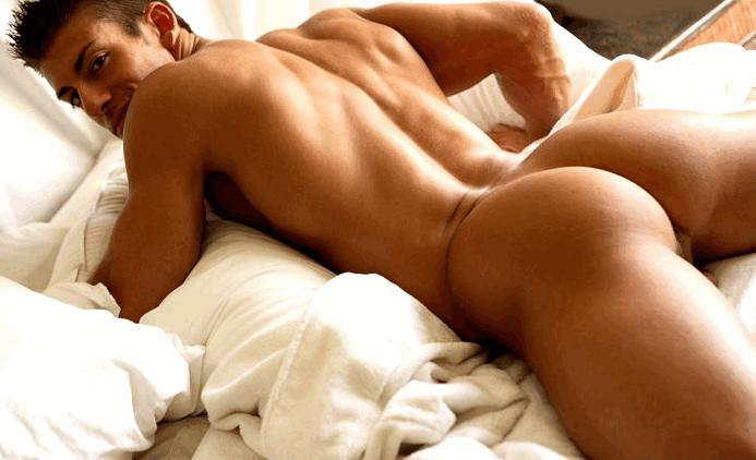 Большая группа мужчин иженщин занимается оральным сексом